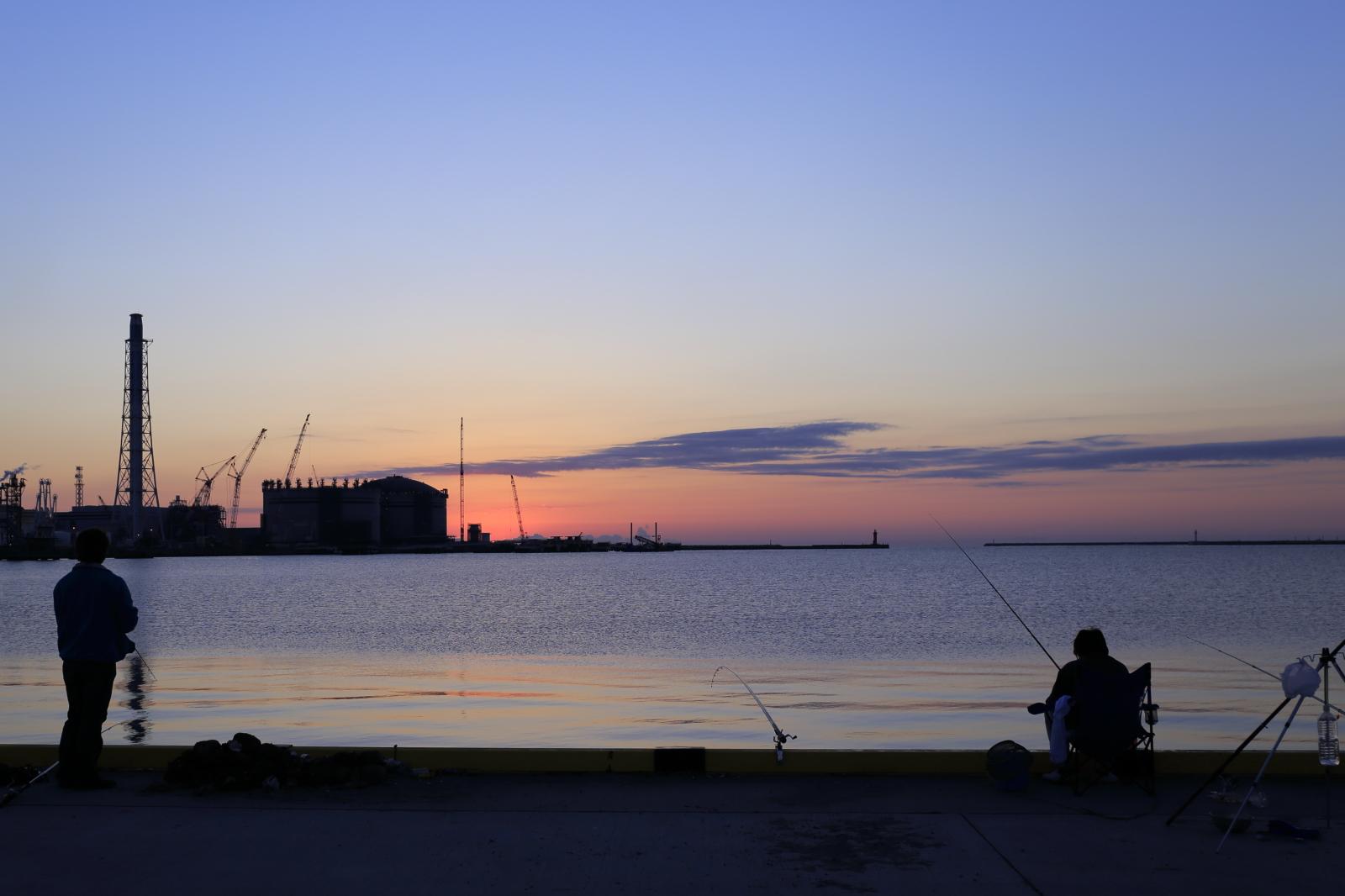釣り人と朝日