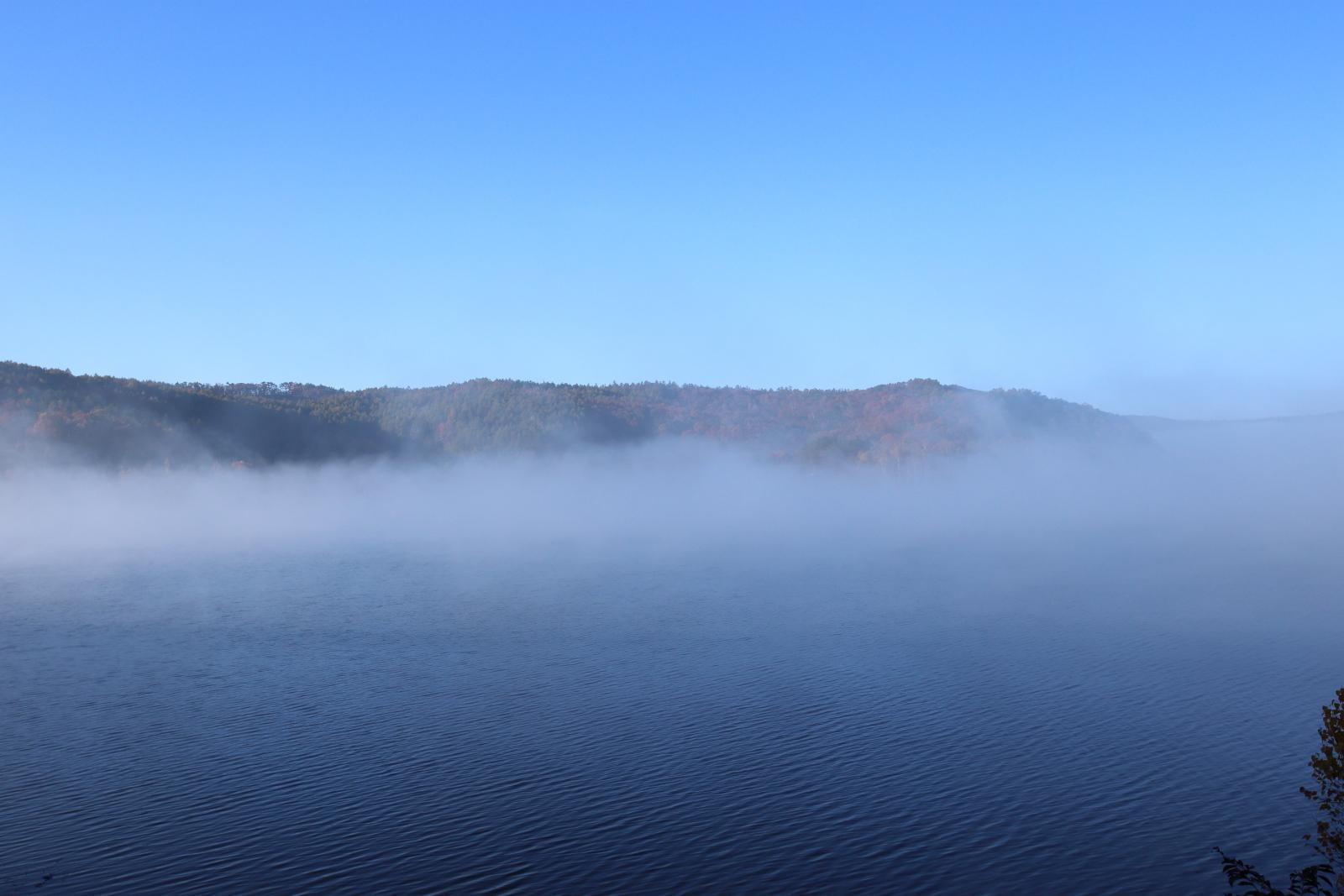 岩洞湖の朝靄と紅葉