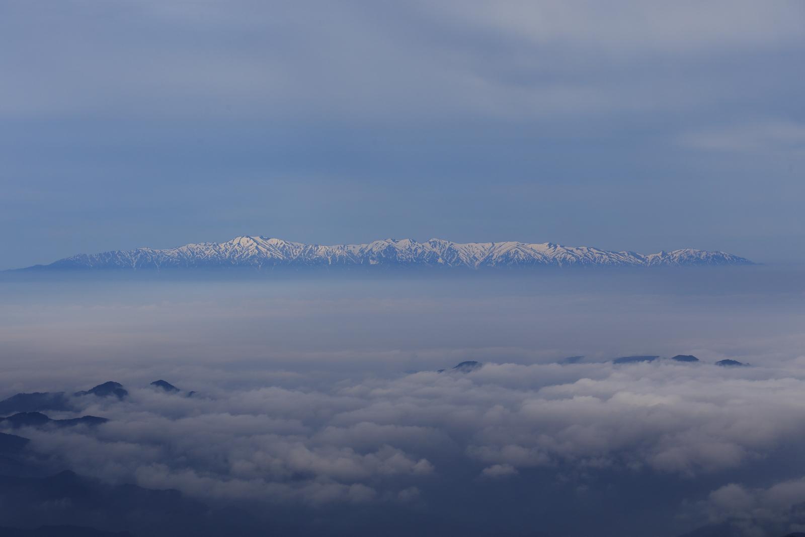 蔵王、御釜周辺の朝の景色(春)